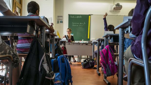 Imagen de recurso de una profesora impartiendo clase en un colegio