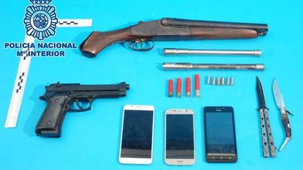 Armas y objetos internvenidos a los arrestados