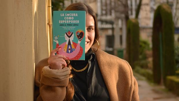 La psicóloga Jara Aithany posa con su libro, «La locura como superpoder»