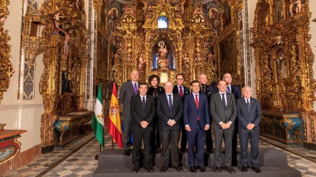 Moreno y los presidentes de los consejos de cofadías posaron en la antigua capilla del Palacio de San Telmo