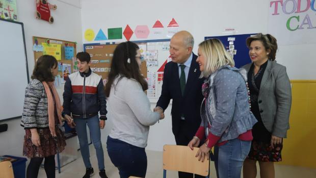 El consejero de Educación, durante su visita al IES Medina Azahara