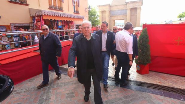 El edil de Presidencia, Emilio Aumente (PSOE), hoy durante su visita a la carrera oficial