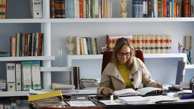 La abogada Helena Calvo en su despacho del centro