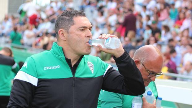 Rafa Navarro da un trago en la previa del partido