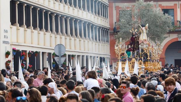 La Oración en el Huerto avanza en una atiborrada plaza de la Corredera