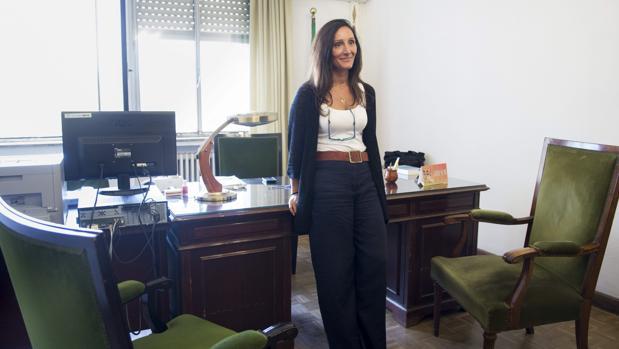 María Núñez Bolaños en su despacho en el juzgado de instrucción 6 de Sevilla