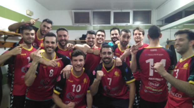 La plantilla del Cajasur Córdoba celebra el primer puesto en el grupo F de Primer Nacional