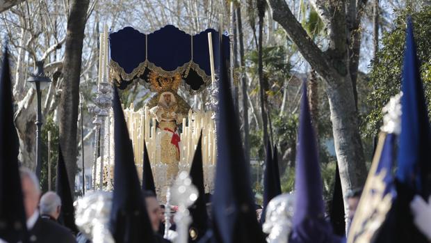 María Santísima de la Estrella durante su salida procesional en la tarde del Lunes Santo en Córdoba