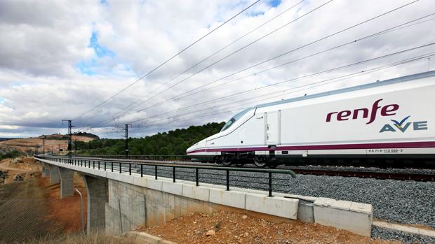 Un tren AVE cruza un viaducto