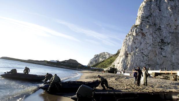 Royal Gibraltar Police en una de las playas del Peñón