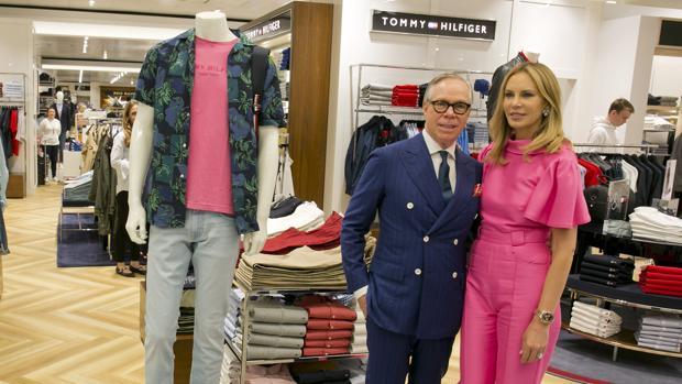 Tommy Hilfiger y Dee Ocleppo posan en una de las tiendas del diseñador en Marbella