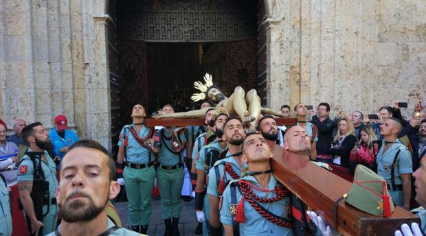 El Cristo de la Caridad, portado por legionarios, dejando atrás San Francisco