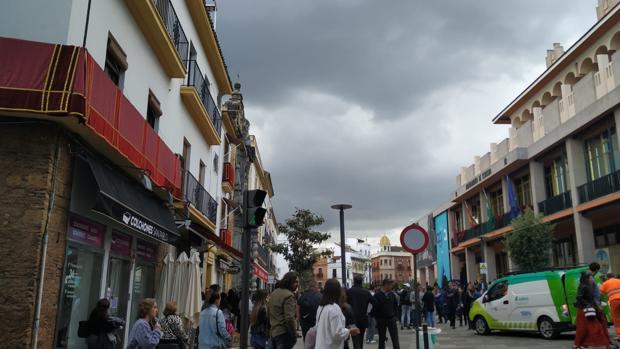 Aspecto del cielo en la calle Capitulares, donde se espera la salida de la hermandad de la Expiración