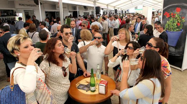 Un grupo de personas disfruta de una copa de vino en la Cata