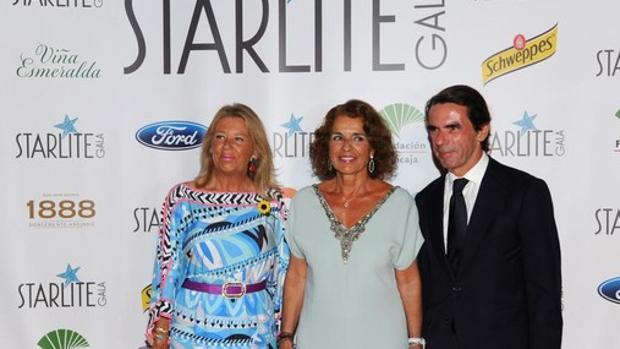 José María Aznar y Ana Botella con la alcaldesa de Marbella, Ángeles Muñoz, en Starlite