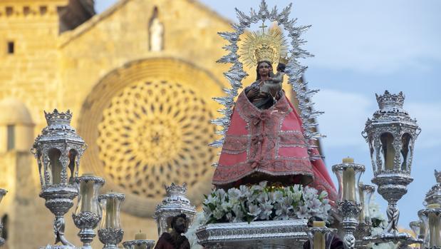 Salida procesional de la Virgen de Villaviciosa de Córdoba desde la parroquia de San Lorenzo