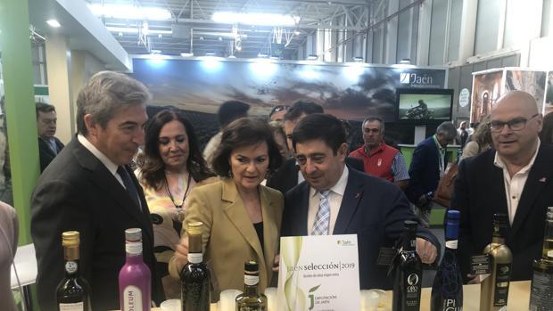 Carmen Calvo, flanqueada por Francisco Reyes y Lucrecio Fernández, durante su visita a Expoliva