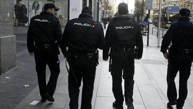 Agentes de la Policía Nacional han participacdo en la detención de 17 personas en Andalucía que se dedicaban a gestionar parejas de hecho para regularizar a extranjeros