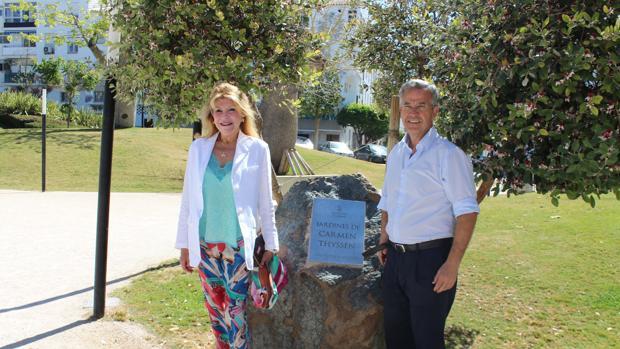 La baronesa con el alcalde en el parque Carmen Thyssen