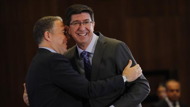 Juan Marín se funde en un abrazo con Elías Bendodo ayer en un foro