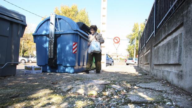 Una mujer pasa por una calle deteriorada del Tablero