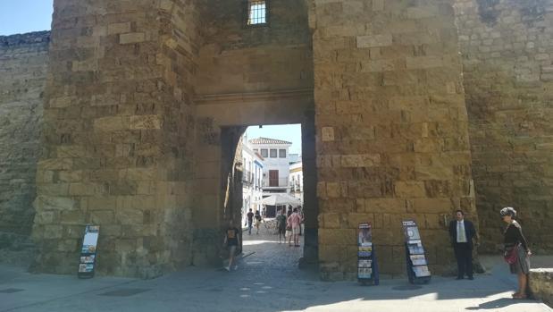 Paneles publicitarios en la Puerta de Almodóvar