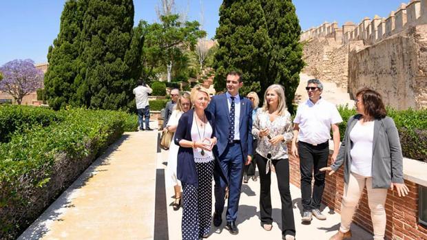 La consejera de Cultura durante su recorrido por la Alcazaba de Almería con el alcalde de la capital