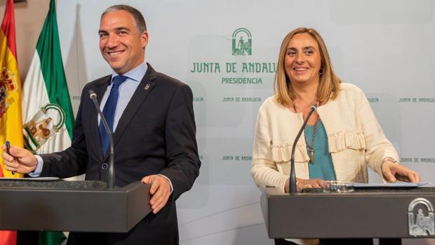La consejera de Fomento, Marifrán Carazo, y el portavoz y consejero de la Presidencia, Elías Bendodo