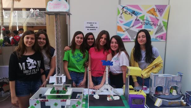 Alumnas del IES Fernando III El Santo (Córdoba) posan con sus proyectos
