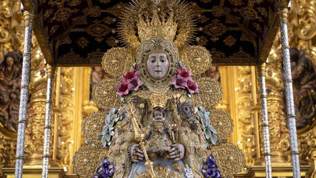 La Virgen del Rocío con las galas del Centenario de su Coronación Canónica