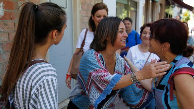 La alcaldesa en funciones, Isabel Ambrosio, en un paseo electoral