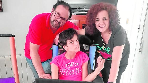 Alba María Luque junto a sus padres
