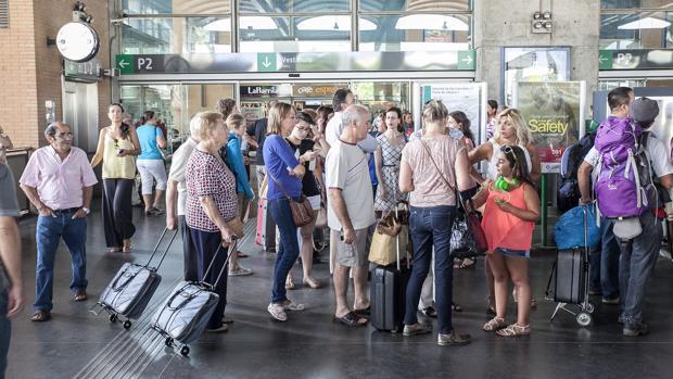 Viajeros en la estación del AVE de Córdoba