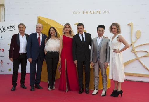 Antonio Banderas posa en el photocall de la Gala junto a su pareja, miembros de A Chorus Line, la directora de la ESAEM y el alcalde de Málaga.