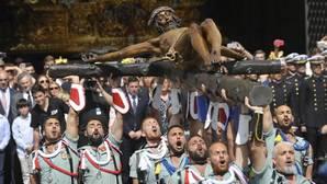 El traslado del Cristo de la Buena Muerte atrae a miles de personas en Málaga