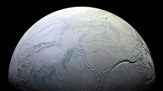 La luna Encelado, de Saturno, cuenta con un océano global bajo su superficie helada en el que puede haber vida. La NASA quiere evitar que una misión pudiera traer organismos alienígenas a la Tierra