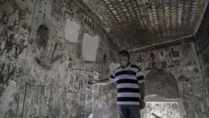Un arqueólogo equipcio muestra la tumba de Amenhotep, llamado Huy, virrey de Kush, abierta por primera vez a los visitantes