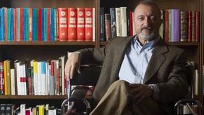 Arturo Pérez-Reverte, junto a sus libros sobre la guerra civil