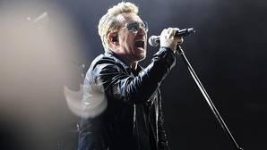 El líder de U2, Bono, durante su actuación anoche en París