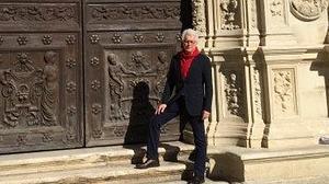 El escritor Ken Follett, de turismo por Sevilla