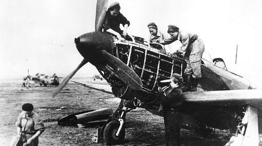 Varios mecánicos reparan un Yak-1