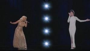 Christina Aguilera actúa junto al holograma de Whitney Houston