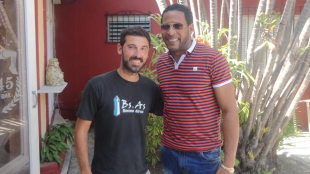 Daniel Pinilla junto al exatleta Javier Sotomayor