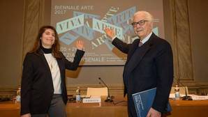 Christine Macel, comisaria de esta edición, y Paolo Baratta, presidente del certamen, durante la presentación de la 57 Bienal de Venecia