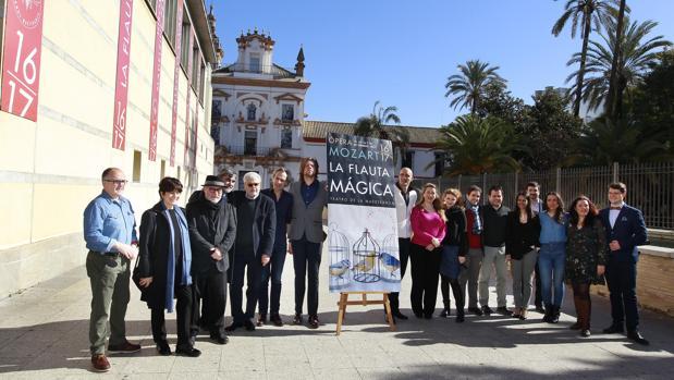 El elenco de «La flauta mágica», con presencia destacada de jóvenes cantantes españoles