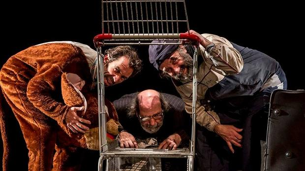 Una escena de «Ahora todo es de noche», obra representada por La Zaranda en el Teatro Central de Sevilla
