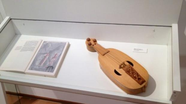 Instrumento de cuerda realizado a partir de los que se ven en el Pórtico de la Gloria de la Catedral de Santiago, donde empezó a realizarse este tipo de reconstrucciones