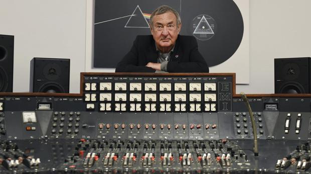 El batería de Pink Floyd, Nick Mason, posa junto a la consola