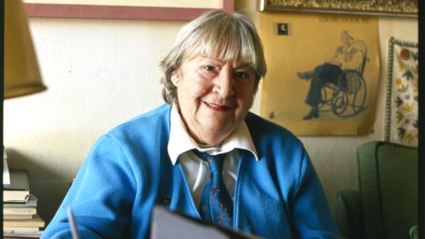 Gloria Fuertes. fotografiada en su casa, en 1993