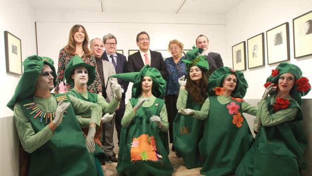 Pulido, Bonet y la viuda de Onetti junto a los responsables de la exposición y un grupo de cronopios